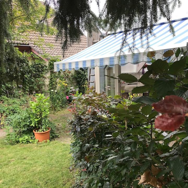 Onder architectuur gebouwde studio/tuinhuis.