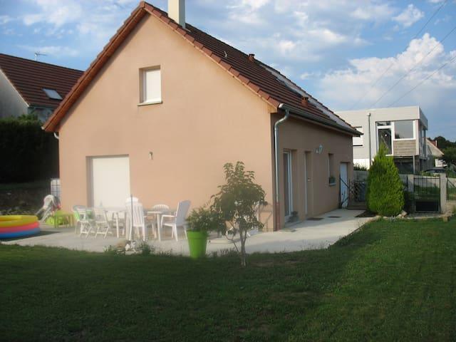 Maison avec verdure et terrasse