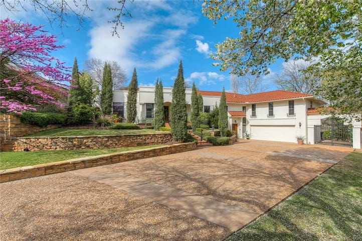 Exquisite & Expansive Home Near Nichols Hills Area