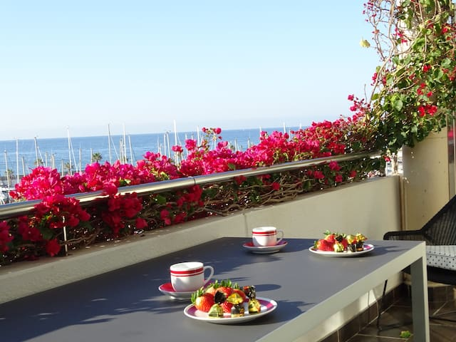 Independent bed&bath in duplex  close to Melia - Sitges - Huis