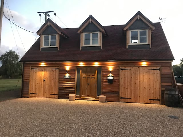 Suffolk Oak Frame Lodge   Ample Parking & access