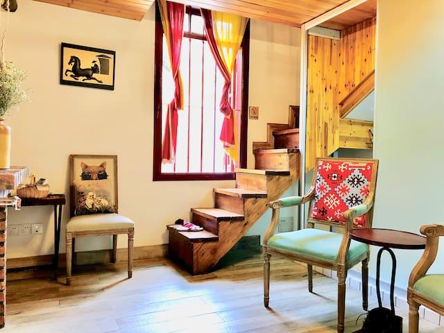 高达两层楼的老房子八格大窗户是红色窗框,复古优雅;斑驳油漆、水泥结构配上白色马赛克使洗手间显得清新整洁,再配上充满现代感的 低彩度铁件家饰、家具,居家显出低调高品味。