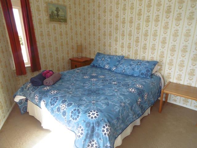 Tararua: sunny, quiet room with balcony views