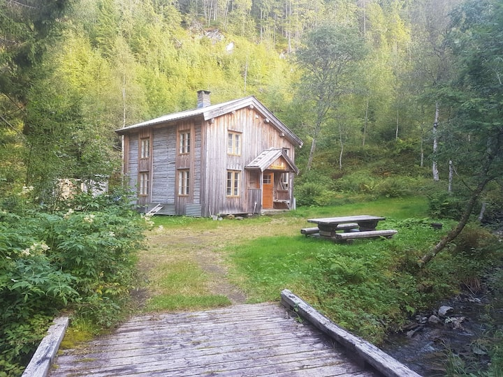 Old charming (renovated) cabin by the lake