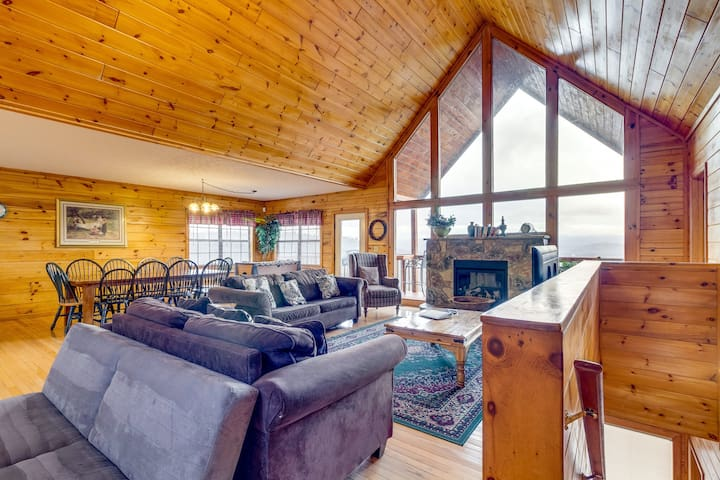 Amazing log cabin with private hot tub, pool table, and sweeping mountain views