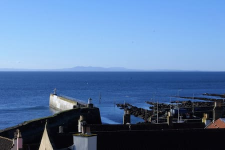 Kittiwake, Pittenweem, Sea views, private parking.