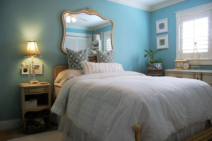 Shabby Chic Bungalow 3.8 miles to Naples Beach