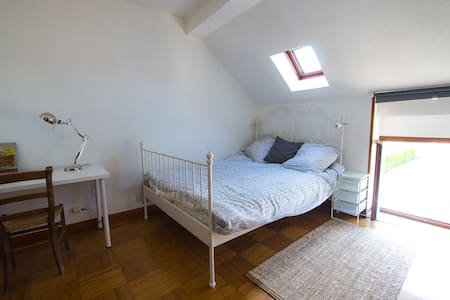 Chambre à l'étage avec lit 2 personnes et W.C. - Savigny-lès-Beaune - 단독주택