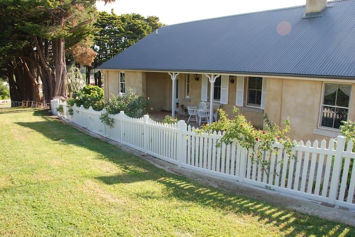 Hillside Cottage, Berrima a luxury 3 bed cottage