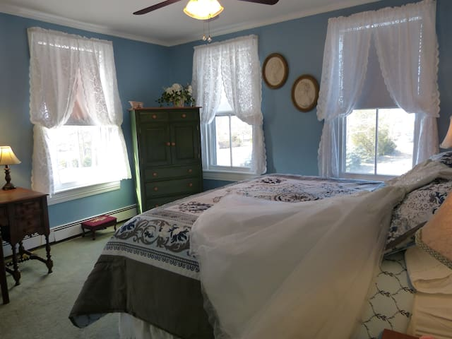 Room 6, Second Floor King, Private Bath - Spring Lake
