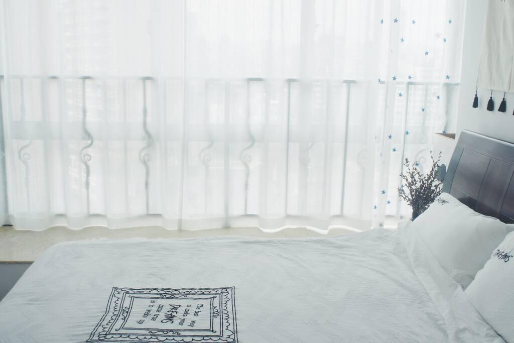 床单和被套是洗水棉材质,透气清爽,睡起来真的很舒服!!
