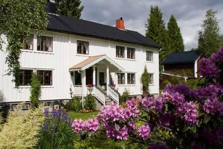 Idyllisk gårdshus med stor hage