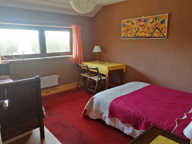 Pokój Czerwony, podwójne łóżko.