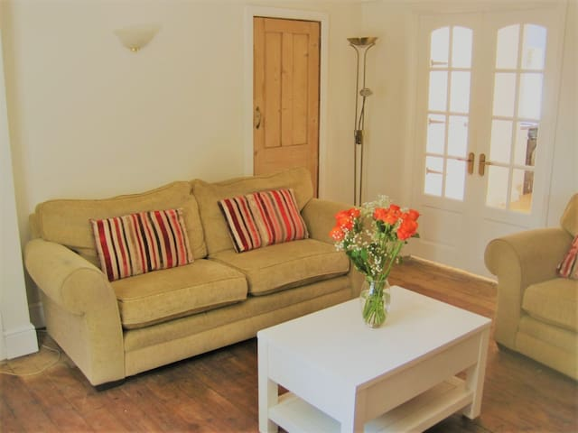 3 bedroom cottage,  on tranquil, private lane.