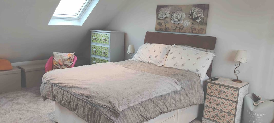 Stylish spacious en-suite loft room, b/fast, p/king
