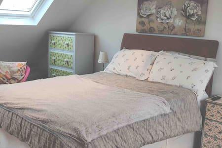 Stylish spacious en-suite loft room, b/fast, p/king