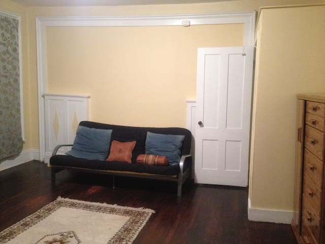 Spacious bedroom walk to park and downtown - New Britain - Rumah