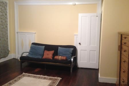 Spacious bedroom walk to park and downtown - New Britain - Haus
