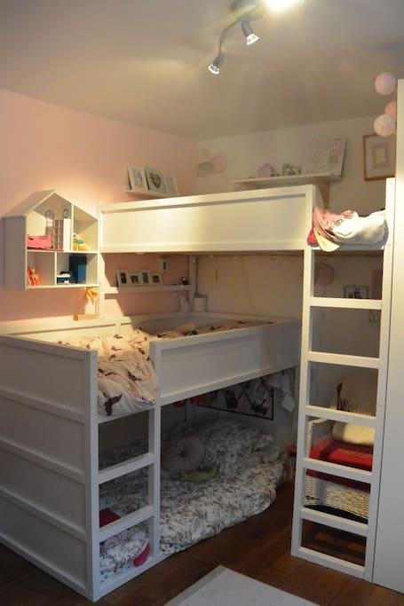 La chambre de nos filles qui comprend trois lits simples