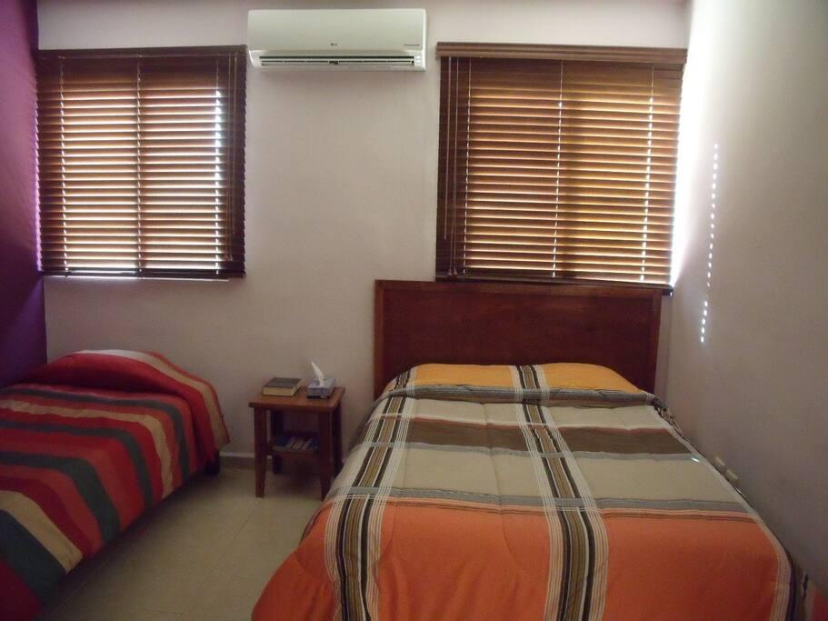 Clean and nice bedroom.  Recamra limpia y comoda