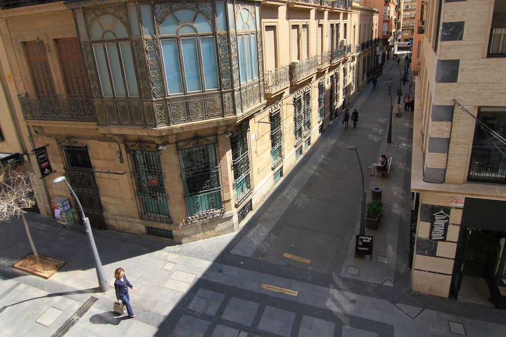 Es una calle peatonal en pleno centro de Almería