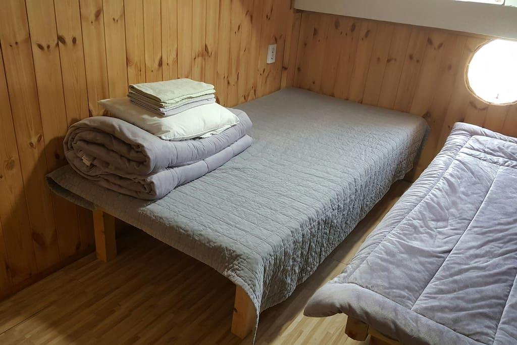 2인실, 커플룸, 싱글베드2개, 라텍스매트리스, 마이크로화이바베개, 방수커버, 편백나무 인테리어
