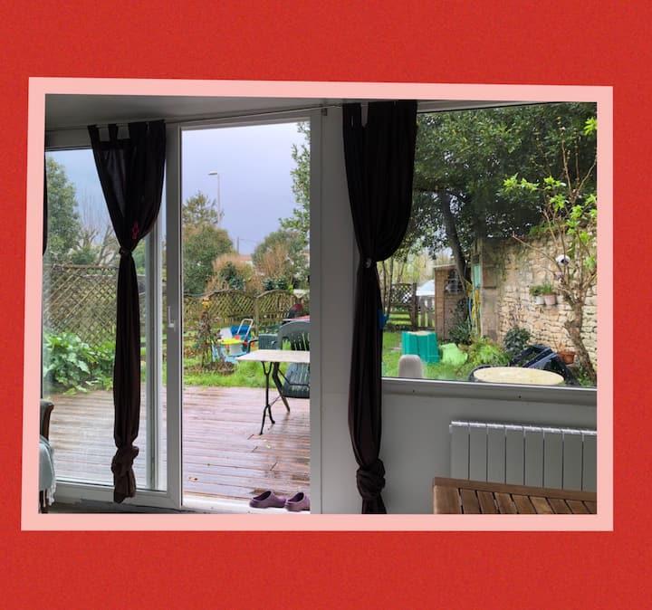 appartement cosy avec terrasse et jardin.