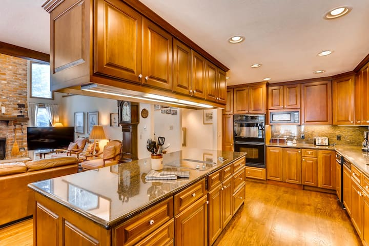 Large, Private Home on Vail Mountain with Hot Tub. Walk to Vail Village | 324W Beaver Dam Rd