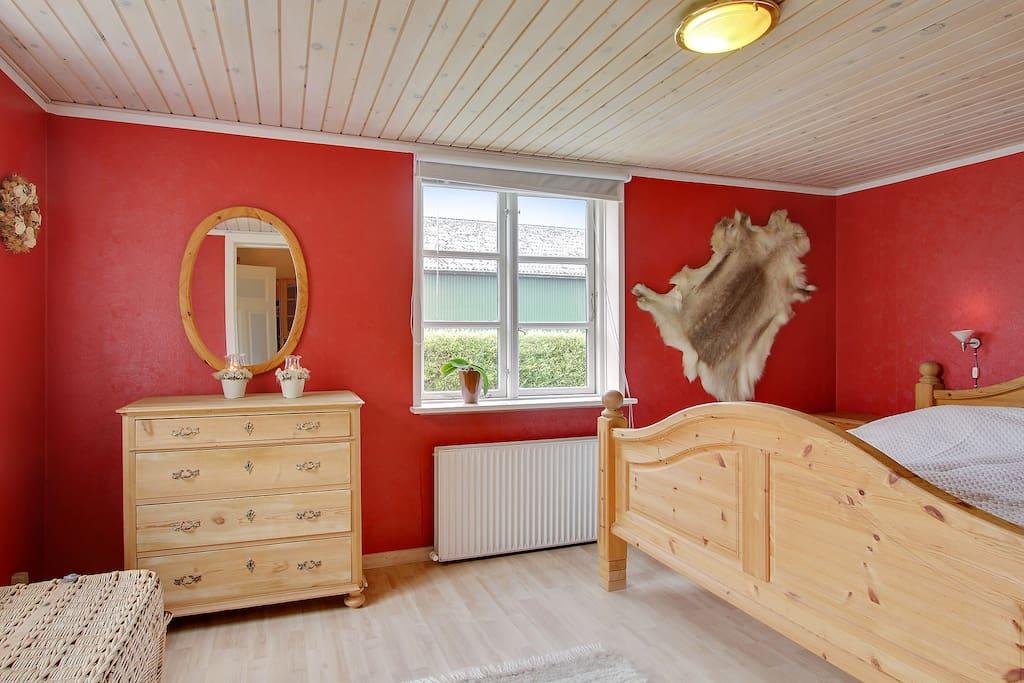 Det hyggelige soveværelse i stueetagen med dobbeltseng.