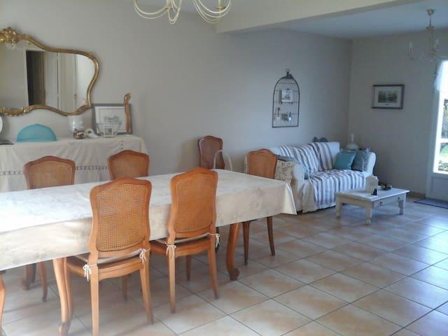 Chambre dans maison proche de Tours avec jardin