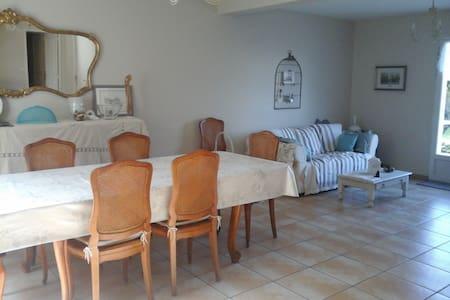 Chambre en périphérie de Tours avec jardin,parking - La Riche - บ้าน