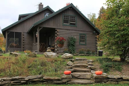 Secluded Cozy Log Cabin on Small Hobby Farm - Brookfield
