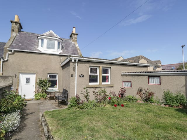 FISHERMAN'S REST, pet friendly, with a garden in Burghead, Ref 951226
