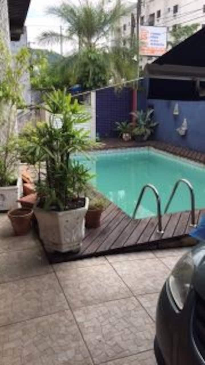 Casa 500m da praia da Enseada com piscina
