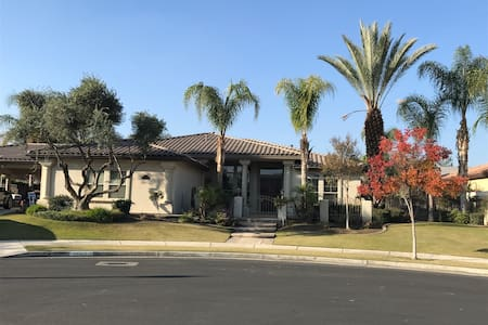 Safe Neighbor room for rent with private bathroom! - Bakersfield - Maison