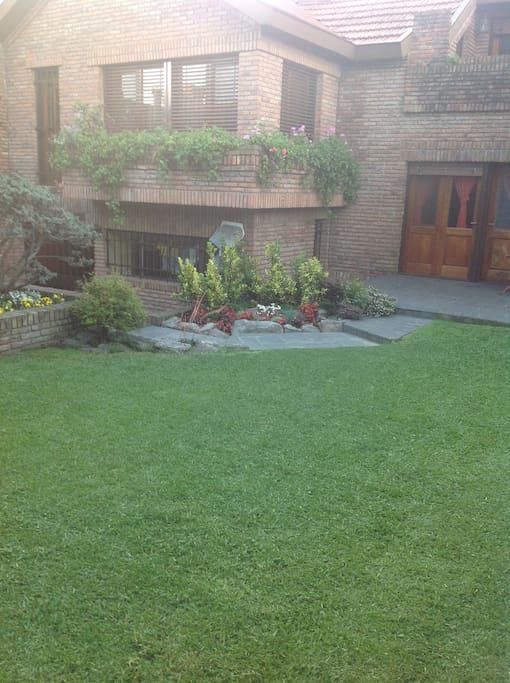 A la izquierda, en desnivel, acceso del sector de huespedes al jardin