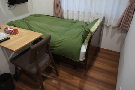 シングル洋室(定員2)新築[ゲストハウスきーず]癒しの小個室・リビングでゆったり※ザウターGピアノ有