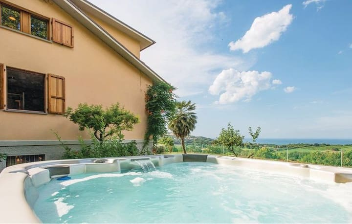 Villa con jacuzzi immersa nel verde vista mare