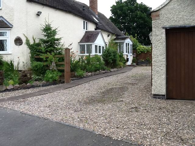 16TH CENTURY COTTAGE IN HISTORIC VILLAGE - Sutton Cheney - Casa