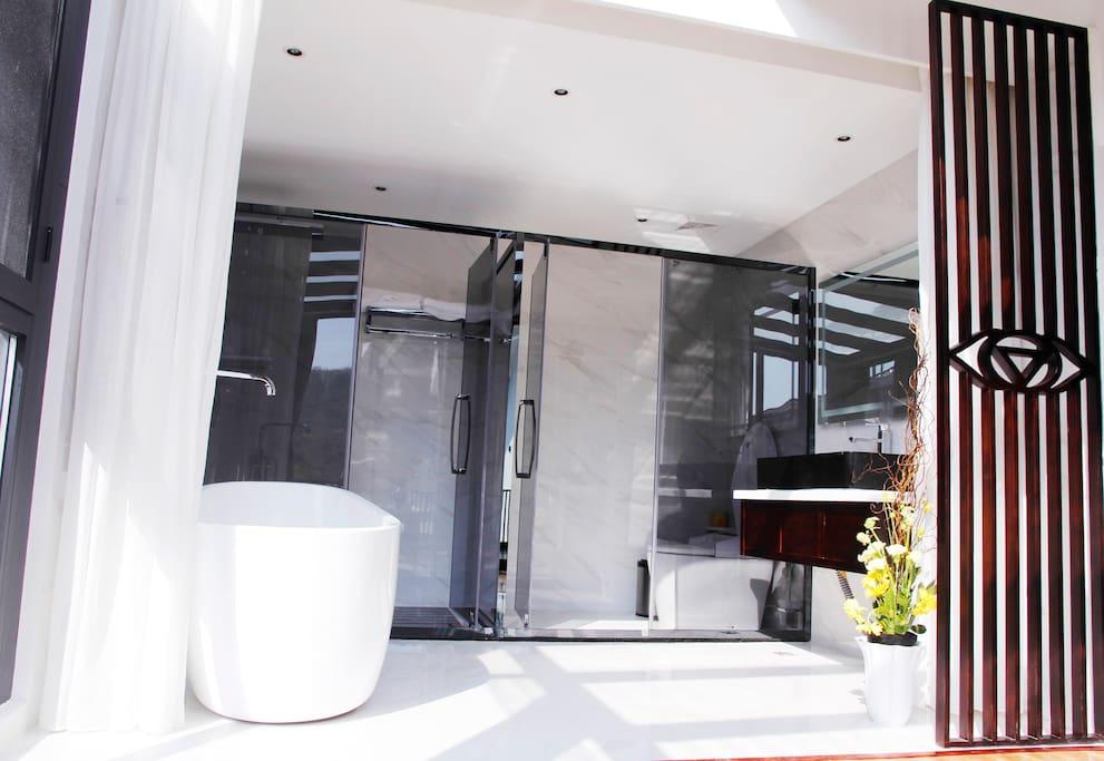宽敞的洗漱空间,配置智能马桶,浴缸、洗手台,淋浴房