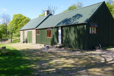 Charming Bothy on the River Helmsdale. Route NC500