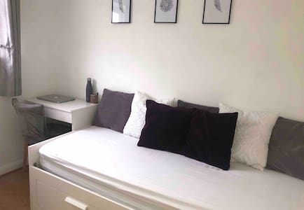 Single room, quiet area- free parking & WIFI