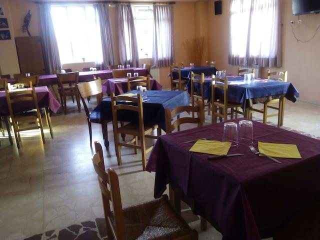 Restaurante Hostal el Tropezón - Matallana de Valmadrigal - Haus