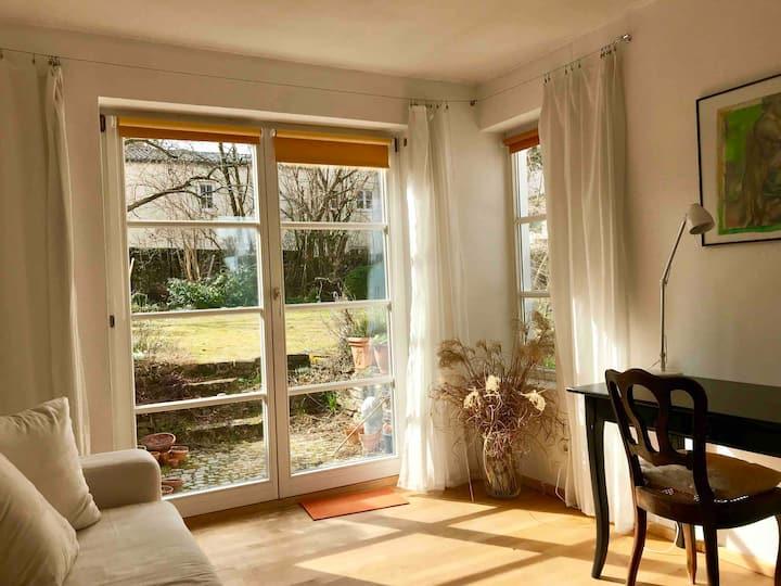 Schönes helles Zimmer mit Gartenzugang