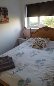Double bedroom, bright and sunny:south facing