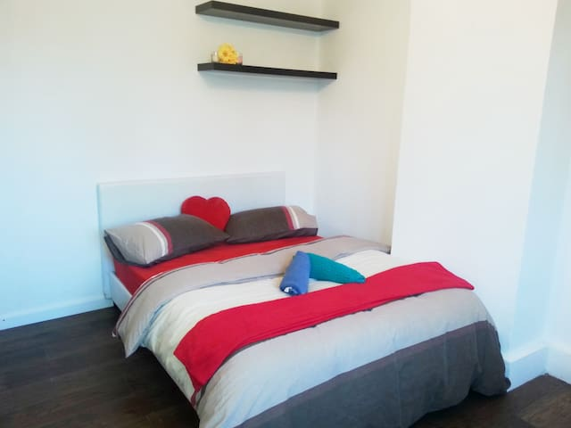 Modern Double Bedroom Canary Wharf