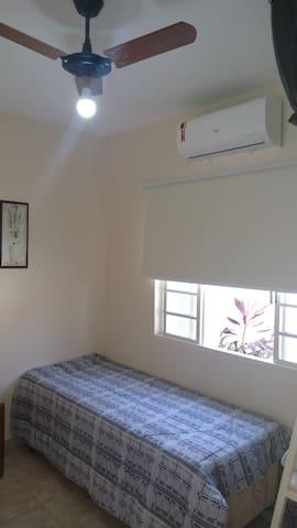 QUARTO 4 (área externa)   2 pessoas com ar condicionado, ventilador de teto, 2 camas de solteiro, arara para roupas, cortina blackout, arara para roupas e espelho