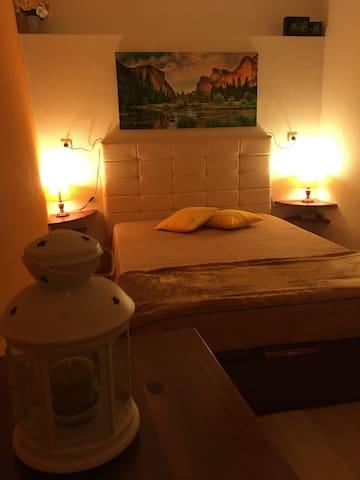 The warm looking yellow bedroom. / O quarto amarelo com o seu ar confortável.