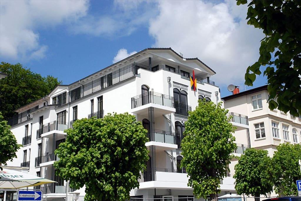 Die Hausansicht der Villa Lena im Ostseebad Sellin auf Rügen.