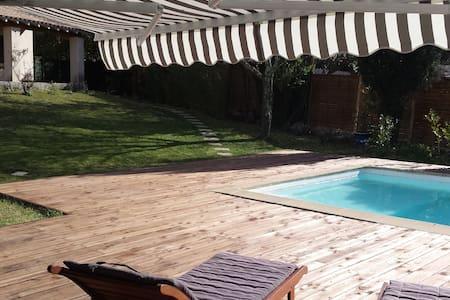 Proche Nimes , villa avec piscine . - Parignargues - Huis